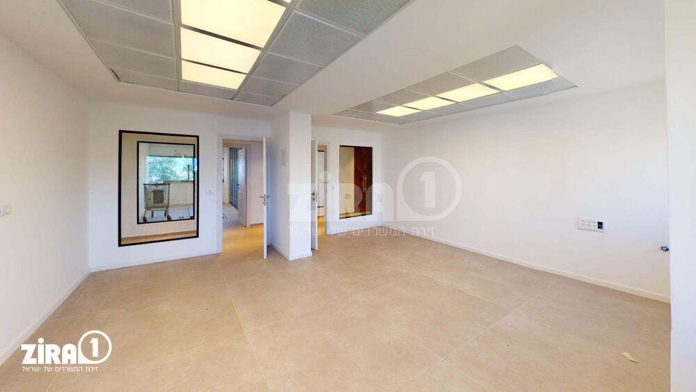משרד בבניין בניין הפיאצה | קומה: 6 | שטח 160 תמונה | מ׳׳ר #17 - 1