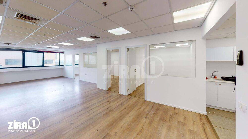 משרד בבניין בית דנ-אביב | קומה: 3 | שטח 125 תמונה | מ׳׳ר #0 - 51